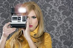 Forme a fotógrafo a mulher retro do repórter da câmera imagens de stock