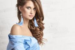 Forme a foto da arte de uma mulher em uma camisa azul Corpo despido Retrato sonhador misterioso pensativo de uma menina com olhos Foto de Stock Royalty Free