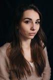 Forme a foto da mulher da beleza no fundo escuro Fotografia de Stock