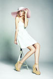 Forme a foto da mulher magnífica nova no chapéu. Levantamento da menina Imagens de Stock
