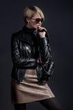 Forme a foto da senhora bonita no casaco de cabedal e no slirt com Foto de Stock