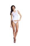 Forme a foto de bonito e a jovem senhora no roupa de banho que levanta dentro Imagens de Stock