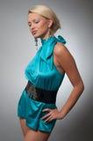 Forme a foto de uma mulher no vestido ciano curto imagens de stock royalty free