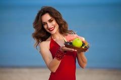 Forme a foto exterior de uma mulher bonita 'sexy' sensual com vermelho Fotografia de Stock