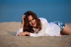 Forme a foto exterior de uma mulher bonita 'sexy' sensual com vermelho Imagem de Stock Royalty Free