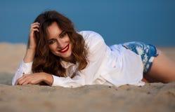 Forme a foto exterior de uma mulher bonita 'sexy' sensual com vermelho Imagens de Stock Royalty Free