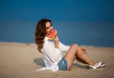 Forme a foto exterior de uma mulher bonita 'sexy' sensual com vermelho Fotos de Stock