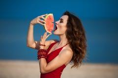 Forme a foto exterior de uma mulher bonita 'sexy' sensual com vermelho Imagens de Stock