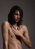 Forme a fotografía el cuerpo desnudo modelo del hombre joven pelo largo mojado Fotos de archivo
