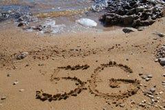 forme 5G sur le sable images stock