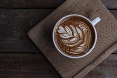 Forme gentille de service de café d'art de latte de plat en bois photo stock