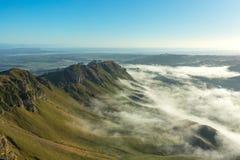 Forme geologiche con la nebbia di mattina osservata da Te Mata Peak Immagini Stock