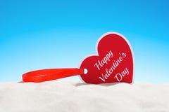 Forme heureuse de coeur de Saint Valentin de carte de voeux sur le sable Images libres de droits