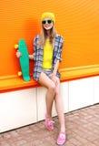 Forme a inconformista la muchacha fresca en gafas de sol y ropa colorida Fotografía de archivo
