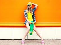 Forme a inconformista la muchacha fresca en gafas de sol y ropa colorida Imagen de archivo