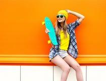 Forme a inconformista sonriente feliz la muchacha fresca en gafas de sol Fotografía de archivo libre de regalías