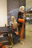 Forme a janela de exposição com manequins, janela do boutique da venda da loja, parte dianteira da janela da loja Imagens de Stock