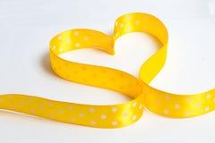 Forme jaune de coeur de ruban de point de polka Image libre de droits