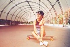 Forme la forma de vida, mujer joven hermosa con longboard Foto de archivo
