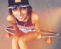 Forme la forma de vida, mujer joven hermosa con longboard Imagen de archivo