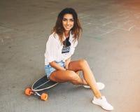Forme la forma de vida, mujer joven hermosa con longboard Lightle Fotografía de archivo
