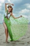 Forme la foto al aire libre de la mujer atractiva hermosa con el pelo rubio que lleva el bikini de lujo del diseño y llevando a c Fotos de archivo libres de regalías