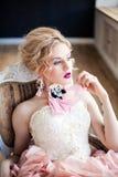 Forme la foto de la muchacha hermosa que lleva los accesorios hechos a mano Imágenes de archivo libres de regalías