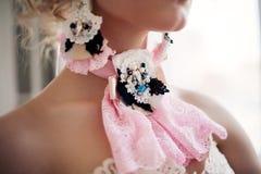 Forme la foto de la muchacha hermosa que lleva los accesorios hechos a mano Imagen de archivo libre de regalías