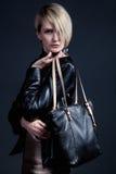 Forme la foto de la mujer elegante joven en el jucket de cuero con el blac Imagen de archivo libre de regalías