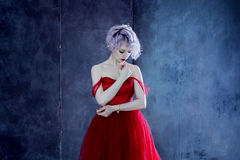 Forme la foto de la mujer magnífica joven en alineada roja Fondo Textured foto de archivo libre de regalías