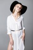Forme la foto de la señora hermosa en sombrero negro elegante y s blanco Imágenes de archivo libres de regalías
