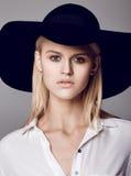 Forme la foto de la señora hermosa en sombrero negro elegante y s blanco Imagen de archivo