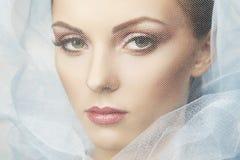 Forme la foto de mujeres hermosas bajo velo azul Fotos de archivo libres de regalías