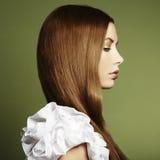 Forme la foto de una mujer joven con el pelo rojo imagen de archivo