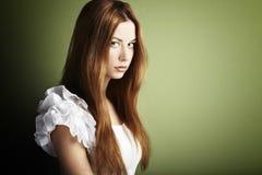 Forme la foto de una mujer joven con el pelo rojo foto de archivo libre de regalías