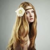 Forme la foto de una mujer joven con el pelo rojo foto de archivo