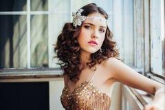 Forme la foto del vestido de noche chispeante de la muchacha que lleva hermosa Foto de archivo