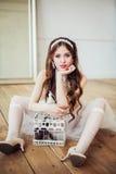 Forme la foto del vestido y de los accesorios blancos que llevan sonrientes de la muchacha Fotografía de archivo