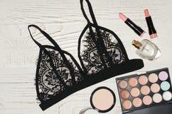 Forme la imagen, la ropa interior del cordón, la sombra de ojos, el perfume y los lápices labiales Visión desde arriba Foto de archivo libre de regalías