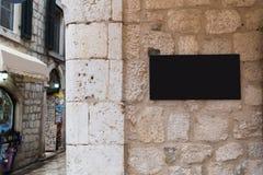 Forme la maqueta tradicional de la señalización de la barra en viejo centro de ciudad fotografía de archivo libre de regalías