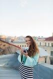 Forme la mirada, modelo bastante fresco de la mujer joven con la cámara retra de la película pelo rizado al aire libre El fotógra Imagenes de archivo