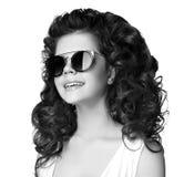 Forme a la muchacha adolescente sonriente en las gafas de sol aisladas en el backgr blanco Foto de archivo libre de regalías