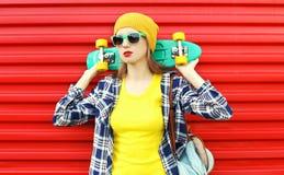 Forme a la muchacha bastante fresca en gafas de sol y ropa colorida Foto de archivo libre de regalías