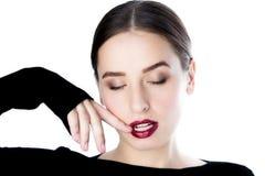 Forme a la muchacha con el lápiz labial brillante con los ojos cerrados Fotos de archivo libres de regalías