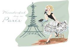 Forme a la muchacha con el vidrio de vino rojo que se sienta cerca de torre Eiffel Foto de archivo