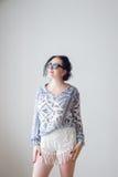 Forme a la muchacha con en el fondo blanco de las gafas de sol, no aislado Foto de archivo