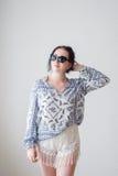 Forme a la muchacha con en el fondo blanco de las gafas de sol, no aislado Fotografía de archivo