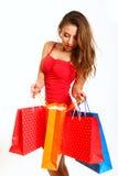Forme a la muchacha con los bolsos de compras aislados en el fondo blanco Fotos de archivo