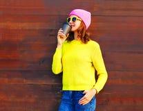 Forme a la muchacha del retrato con la taza de café en ropa colorida Imagenes de archivo