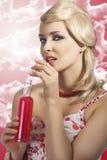 Forme a la muchacha del verano que bebe, ella bebe la bebida roja foto de archivo libre de regalías